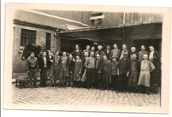 ouvriers-devant-usine